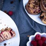 Rezept für Himbeer-Streusel-Schnecken, herrlich saftige Hefeteigschnecken mit knusprigen Streuseln / Raspberry streusel buns