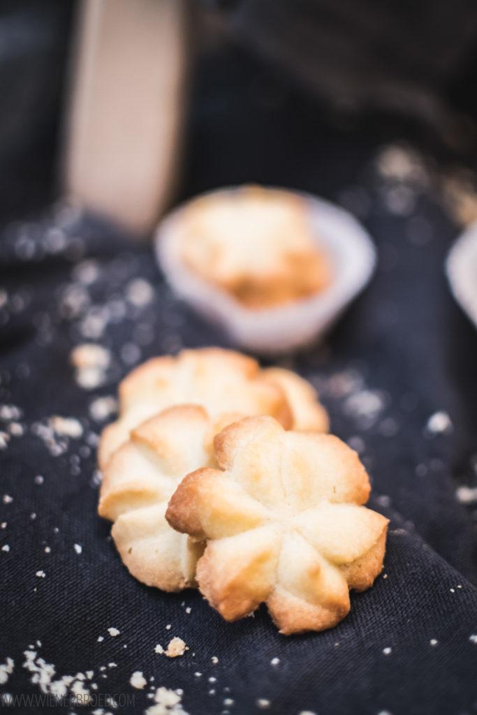 Dänische Butterkekse, selbstgebackene zarte, mürbe und butterige Kekse, wie original aus der Dose / Danish butter cookies like the original from Denmark [wienerbroed.com]