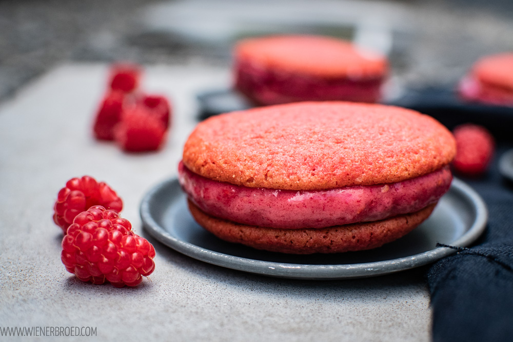 Eis-Sandwich, knusprige pinke Cookies gefüllt mit Himbeer-Nicecream / Pink nicecream cookie sandwich [wienerbroed.com]