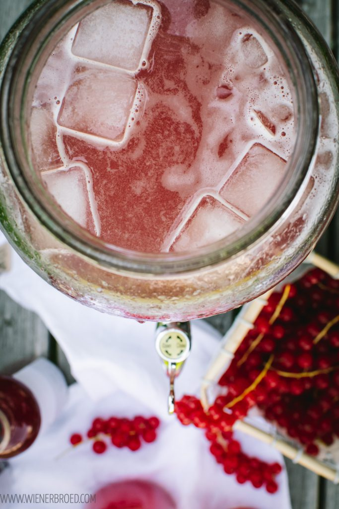 Johannisbeer-Limonade, Limonaden-Basis aus roten Johannisbeeren zum Mischen mit Mineralwasser oder stillem Wasser und Eis / Red currant lemonade base for mixing with water [wienerbroed.com]