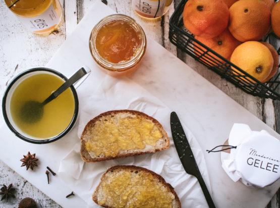 """Ist bei euch der Herbst auch fest mit der Farbe Orange verknüpft? Überall stehen orange Kürbisse mit und ohne Halloween-Fratze. Und in den Supermärkten stapeln sich die Orangen. Und es gibt Mandarinen. Eeendlich. Und neuerdings gibt es im Hause Wienerbrød dazu passend Mandarinen-Gelee und Mandarinen-Sirup. Das hat allerdings einen recht pragmatischen Grund: Im """"Jippie, es […]"""
