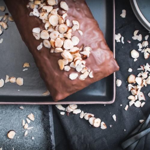 Rezept für ein fluffiges aber perfekt saftiges Haselnuss-Schoko-Bananenbrot mit gerösteten Haselnüssen und Vollmilchschokolade