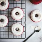 Red Velvet-Donuts, knallrote, saftige Donuts aus dem Backofen mit weißem Guß und feiner Vanille-Note / Baked Red Velvet Donuts with white glazing [wienerbroed.com]