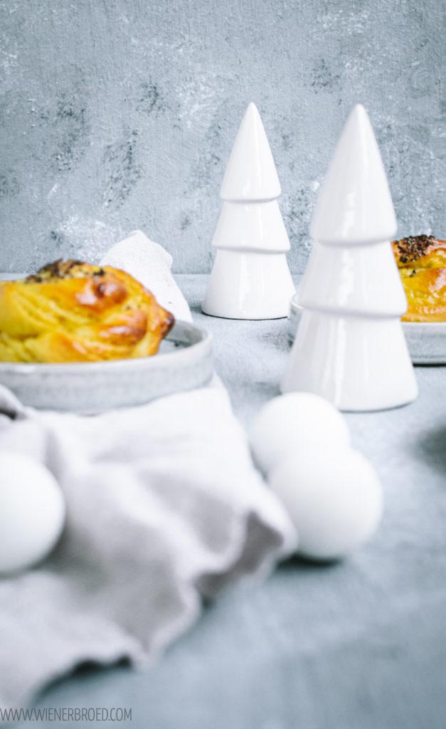 Kardamom-Safran-Kringel, einer Mischung aus saftigen, schwedischen Kardemummabullar und Saffransbullar, perfekt zum Lichterfest Lucia am 13.12./ Cardamom saffron buns, a mixture of traditional Swedish cardemom buns and saffron buns for Lucia Day [wienerbroed.com]