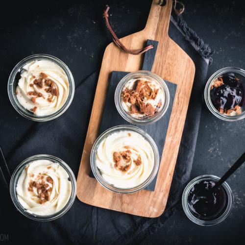 Spekulatius-Tiramisu, einem leckeren Schichtdessert mit Spekulatius, Mascarpone-Creme und Cranberry-Glühwein-Kompott / Speculoos Tiramisu, tasty dessert with Speculoos, mascapone creme and cranberry mulled wine compote [wienerbroed.com]