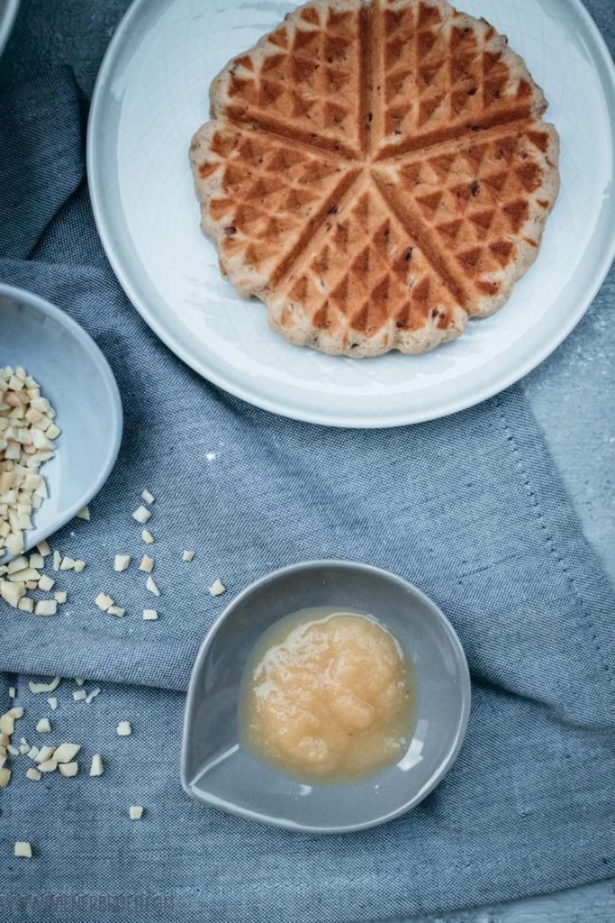 Bratapfel-Waffeln, einer Waffel mit Apfelmus, Marzipan und Mandeln, wie eine Mischung aus klassischen Bratäpfeln und Waffeln / Roast apple waffles, waffles with apple sauce, marcipan and almonds [wienerbroed.com]