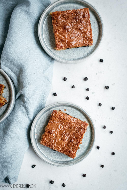 """Blondies mit Blaubeeren, supersaftige """"quasi Brownies"""" aus weißer Schokolade, mit Blaubeeren (mit getrockneten, frischen oder Tiefkühl-Blaubeeren) / Blueberry blondies [wienerbroed.com]"""