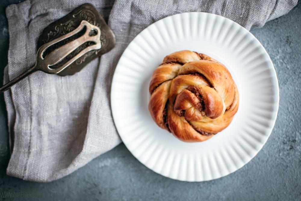 Pecan-Schnecken, supersaftige Hefeteigschnecken mit einer süß-salzigen Füllung aus gebrannten Pecannüssen / Pecan buns, superjuicy yeast dough buns with a sweet'n'salty fillig of candied pecan nuts [wienerbroed.com]