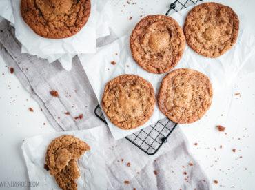 Ein paar Mal habe ich es bestimmt schon erwähnt: Ich liebe das Internet als Inspirationsquelle! Es gibt Tage, da sehe ich etwas und möchte sofort in die Küche flitzen und es nachbacken. Oder ich habe sofort eine Idee, was ich aus der Inspiration machen könnte. Genau so war es bei de gefüllten Mandel-Cookies von heute! […]