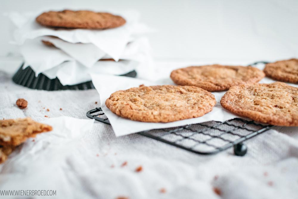 Mandel-Cookies mit Creme-Füllung, knusprige Mandel-Kekse mit gehackten Mandelstückchen und einer cremigen Füllung aus Mandel-Creme / Almond cookies stuffed with almond cream [wienerbroed.com]