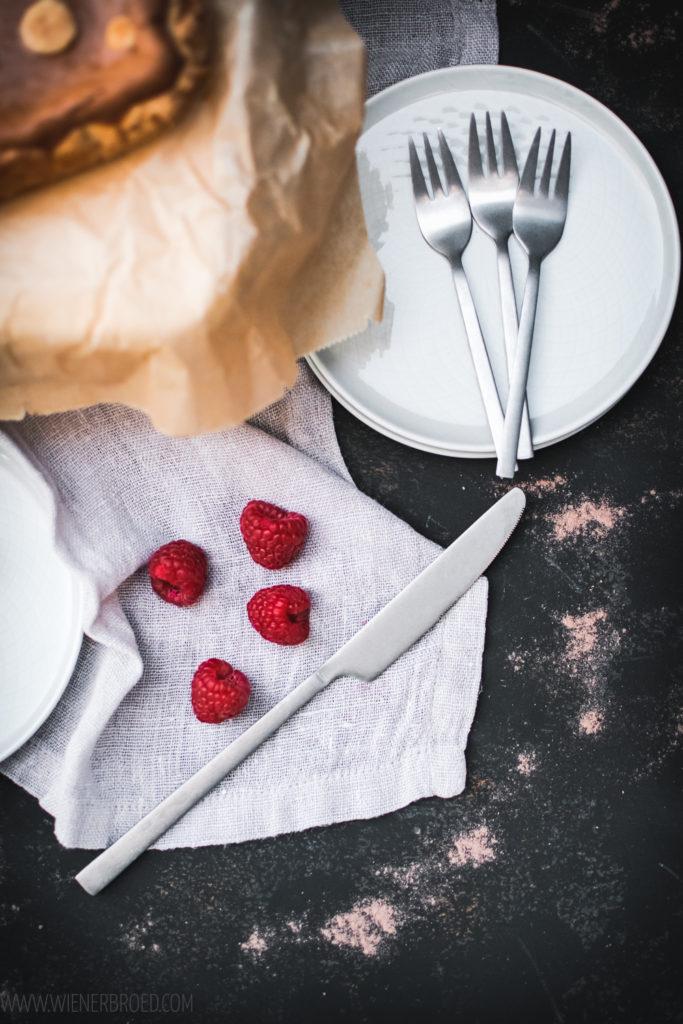 Rezept für einen Schoko-Käsekuchen mit Himbeeren, ein schokoladiger Käsekuchen mit Mürbeteig-Boden und einer Schicht Himbeer-Marmelade, abgewandeltes Rezept des Schweizer Zupfkuchen aus der Oster-Backbox / Chocolate cheesecake with raspberry jam [wienerbroed.com]