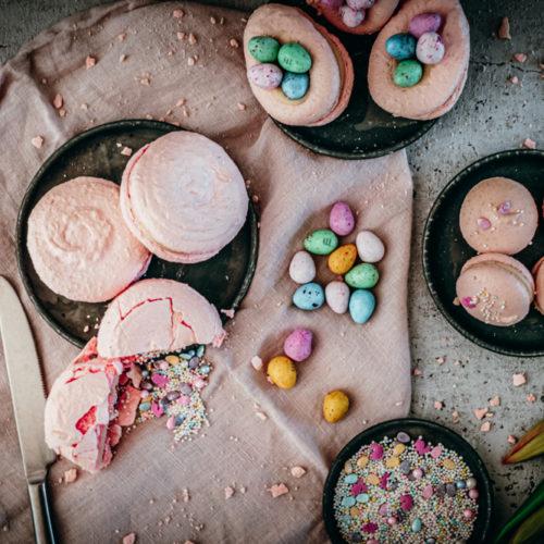 Vanille-Macarons, zartes Baiser-Gebäck mit Vanille-Ganache, als klassische Macarons, in Ei-Form mit Schoko-Eiern oder als Piñata-Macaron mit Streuseln darin / Vanilla macarons, classic, egg-shaped or as piñata with sprinkles [wienerbroed.com]