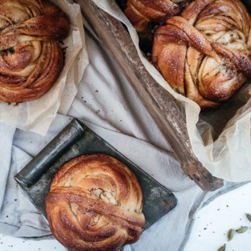 Rezept für Kardemummabullar, klassische schwedische Kardamomschnecken, herrlich saftig und superfluffig / Swedish cardamom buns [wienerbroed.com]
