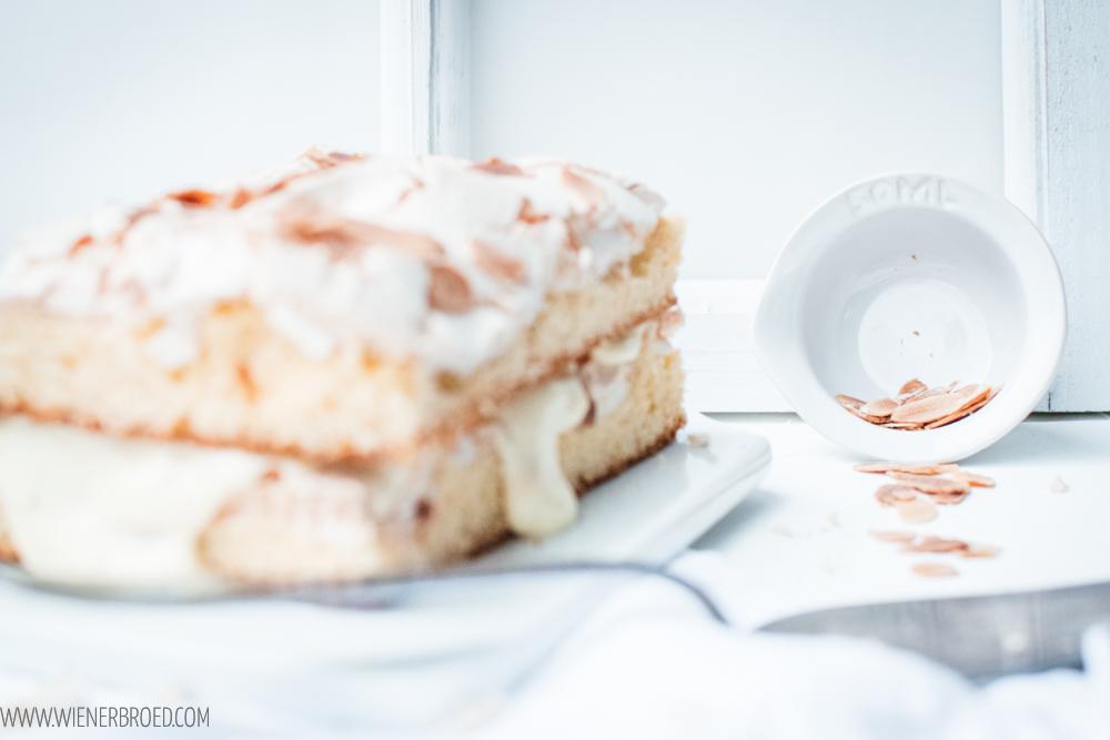 """Rezept für Kvæfjordkake, den norwegischen Nationalkuchen, fluffiger Biskuit, zartes Baiser, Mandeln und Vanillecreme. Auch bekannt als """"Verdens beste"""", weltbester Kuchen (Kvaefjordkake) / Norwegian Kvæfjord Cake, World's Best Cake [wienerbroed.com]"""
