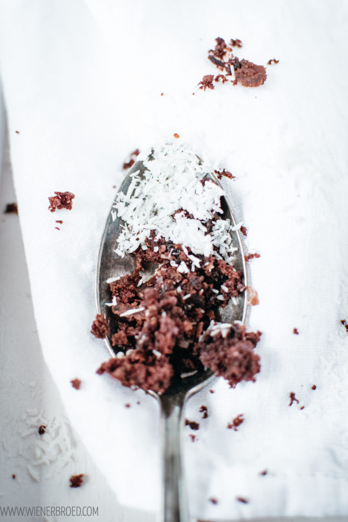 Rezept für Skúffukaka, typisch isländischer Schokoladenkuchen mit Kaffee, Lakritz und Kokosraspeln, perfekt saftig und fluffig / Icelandic chocolate cake with coffee, licquorice and coco [wienerbroed.com]