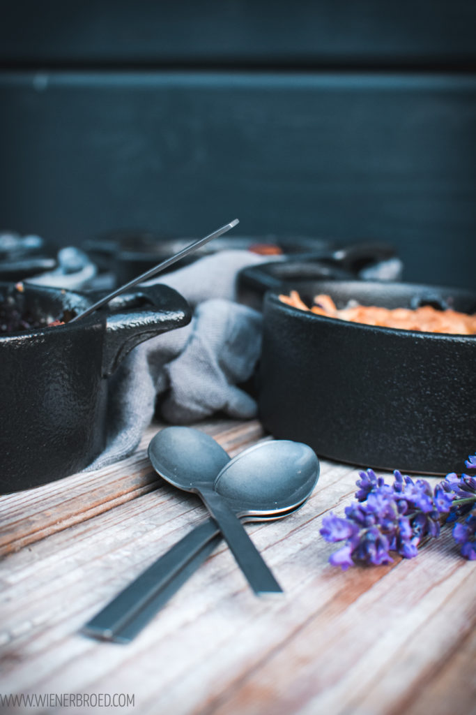 Rezept für Blåbärspaj, kleine einfache, schwedische Blaubeerkuchen, ohne Boden dafür mit vielen Streuseln, als kleine Portionen oder als großer Kuchen / Blåbärspaj, Swedish blueberry cake with streusel [wienerbroed.com]