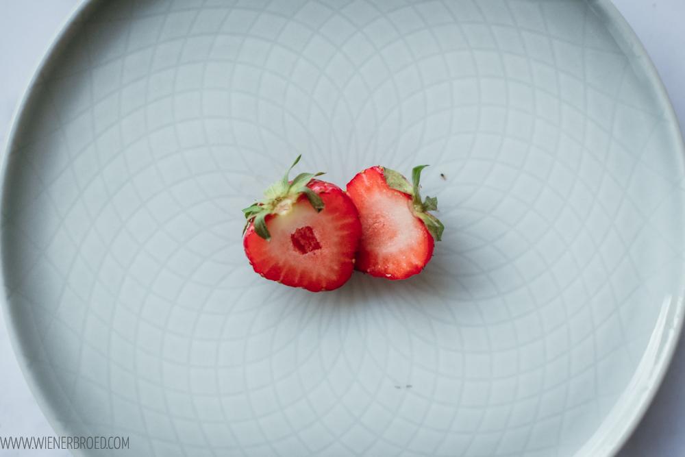 Rezept für Erdbeer-weiße Schokolade-Tarte, knuspriger Boden trifft auf fruchtige Erbeere und moussige weiße Schokoladen-Creme / Strawberry white chocolate tarte [wienerbroed.com]