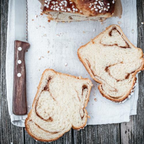 Rezept für Zimtschnecken-Zopf, fluffigster Hefeteig mit einer Füllung aus Zimt und Zucker, die perfekte Verbindung aus schwäbischem Hefezopf & Zimtschnecken / Cinnamon bun braid [wienerbroed.com]