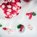 Rezept für eine Johannisbeer-Pavlova, fluffiges, zartschmelzendes Baiser in knackiger Meringue-Hülle getoppt mit Sahne und säuerlichem rote Johannisbeer-Kompott / Pavlova with red currants [wienerbroed.com]