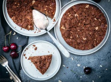 """Ihr Lieben, ich weiß gerade echt nicht, wohin ich zuerst schauen soll. Beeren über Beeren und dann noch all die anderen Obstsorten. Und die Kirschen! Dunkelrot, saftig, perfekt! Und weil ich mit dieser Sicht im Hause Wienerbrød nicht alleine bin, gab es kürzlich Kirsch-Schokokuchen mit Nuss. Und Streuseln! """"Kirsch-Kuchen, Mama, mach Kirsch-Kuchen! Mit Schokolade"""" Der […]"""
