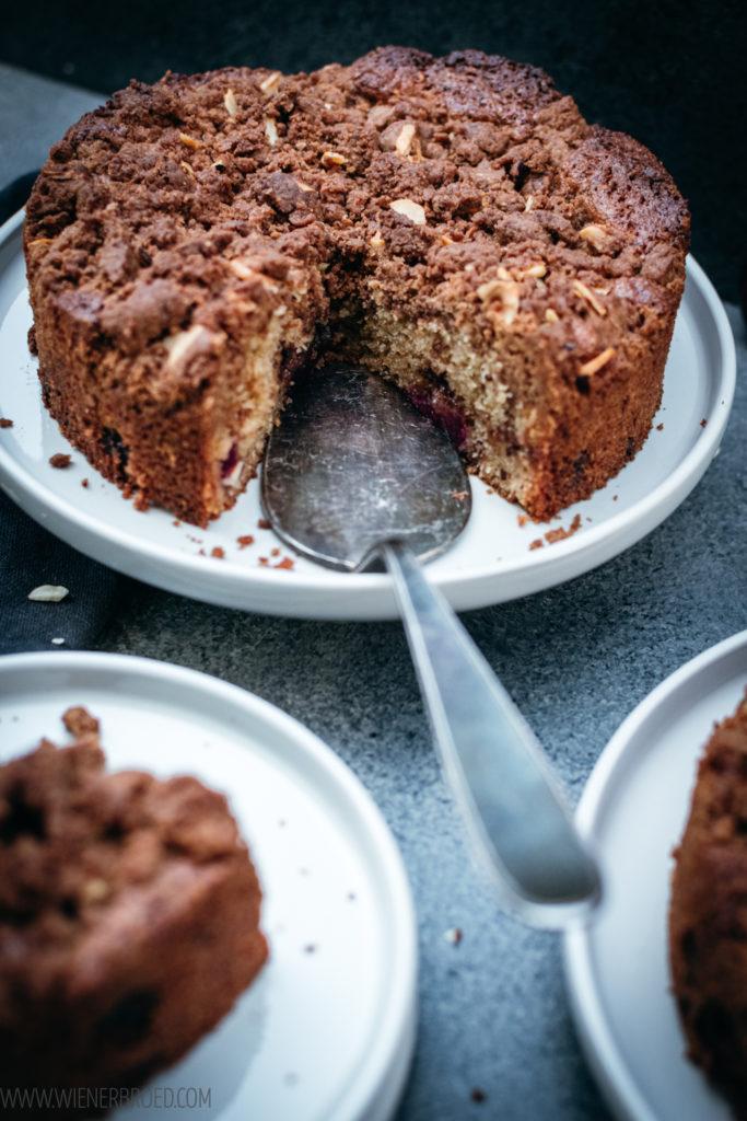 Rezept für Kirsch-Schokoldenkuchen mit Nuss, saftiger Kuchen mit frischen Kirschen, leckeren Vollmilch-Stückchen, Haselnüssen und knusprigen Streuseln / Cherry chocolate cake with nuts and streusel [wienerbroed.com]
