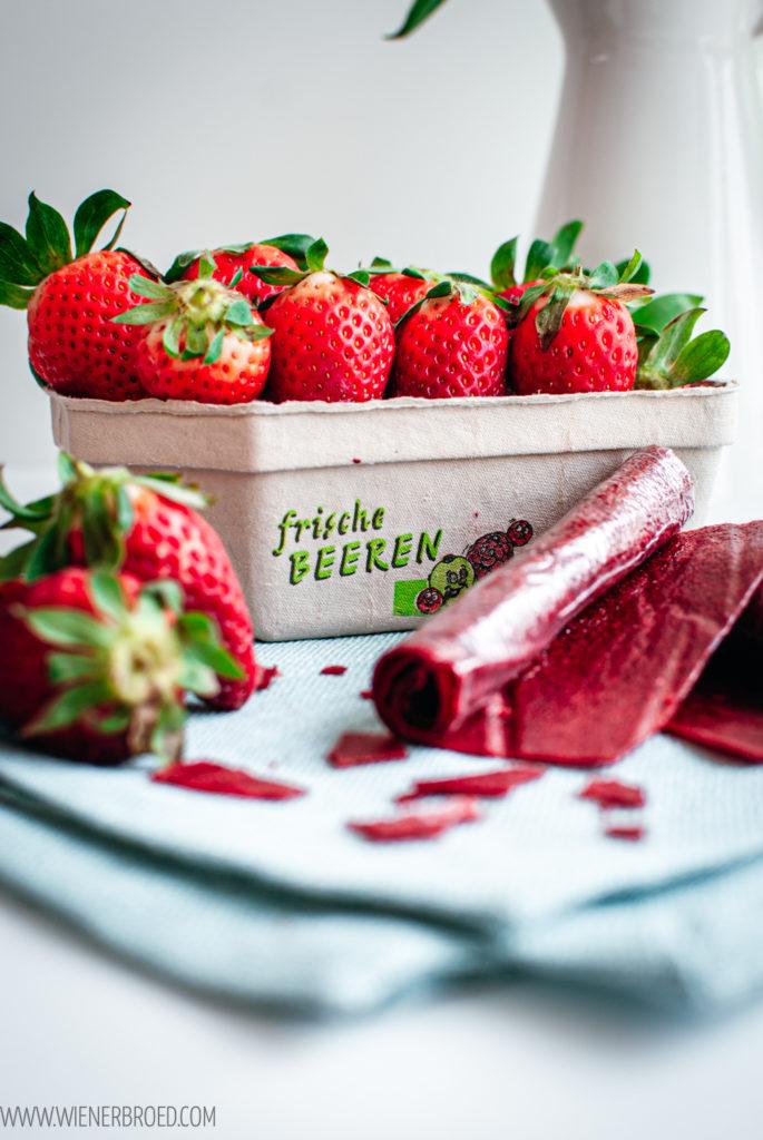 Rezept für Erdbeer-Roll-Ups, leckeres Fruchtleder, Süßigkeit aus Früchten, nicht nur für Kinder / Strawberry Roll Ups [wienerbroed.com]