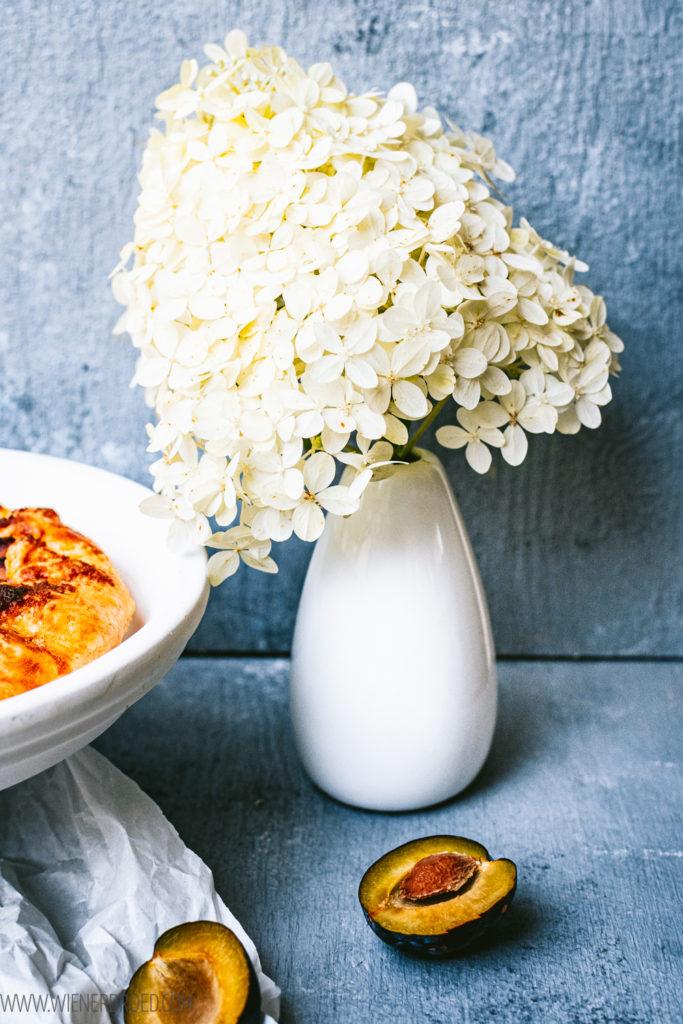 Rezept für Zwetschgen-Galette, knuspriger Mürbeteig mit Zwetschgenfüllung, Alternative zu üblichen Zwetschgen-Kuchen / Damson plum galette [wienerbroed.com]