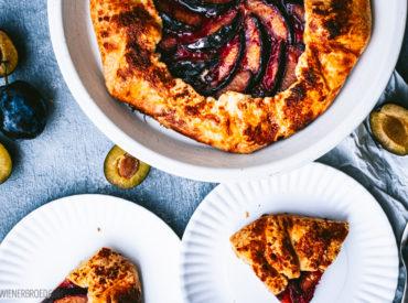 Zwetschgenkuchen mal anders! Statt Datschi mit Streuseln oder klassischer Hefekuchen gibt es eine Galette mit dem lila Steinobst.
