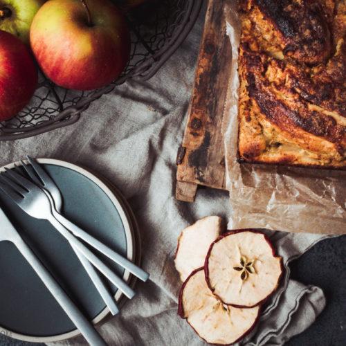 Rezept für Apfel-Marzipan-Striezel, saftiger Hefezopf gefüllt mit geraspelten Äpfeln und Marzipan, Apfel-Marzipan-Zopf / Apple marcipan babka [wienerbroed.com]