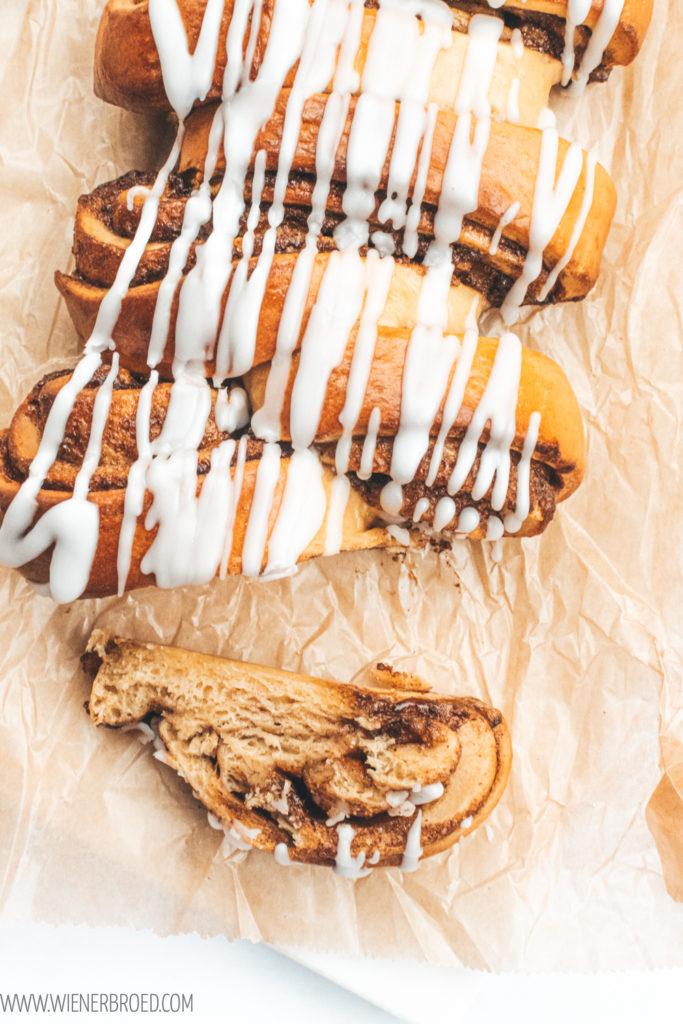 Rezept für eine dänische Kanelstang, fluffiges Hefeteiggebäck gefüllt mit Zimt-Zucker und mit Zuckerguß, dänischer Klassiker / Danish cinnnamon braid [wienerbroed.com]