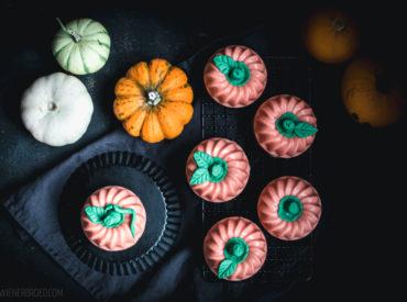 Es ist Halloween-Woche! Die Zeit, in der es überall schön-schaurig wird. Meist auch ganz schön gruselig. Manchmal für bestimmte kleine Personen auch zu gruselig. Deshalb wird es bei mir heute schön. Es gibt nämlich kleine, hübsche Kürbisse, die man essen kann, genauer gesagt Kürbis-Gugelhupfe! Schaurig-schöne Halloween Auf die Idee, für Halloween mich mal an einem […]