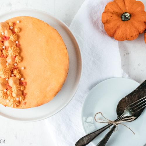 Rezept für Schoko-Kürbis-Kuchen, einem saftigen Schokoladenkuchen mit einer Füllung aus Kürbismarmelade und Frischkäsebuttercreme mit weißer Schokolade / Recipe for chocolate pumpkin cake [wienerbroed.com].