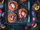 Vereinzelt gibt es noch Erdbeeren, aber so langsam werden sie von Himbeeren und Heidelbeeren und Johannisbeeren und Stachelbeeren abgelöst. Also kein Problem sich weiter in den Beerenhimmel zu futtern! Heute auf dem Programm: rote Johannisbeeren als Johannisbeer-Vanille-Gugelhupf. Letztes Jahr habe ich euch ja schon ein Rezept für eine Torte gezeigt, in der leckerstes Johannisbeer-Curd zwischen […]