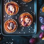 Rezept für Zimt-Zwetschgen-Schnecken, saftige Hefeteigschnecken mit Zimt-Zucker-Füllung und leckerem Zwetschgenröster / Cinnamon plum buns [wienerbroed.com]