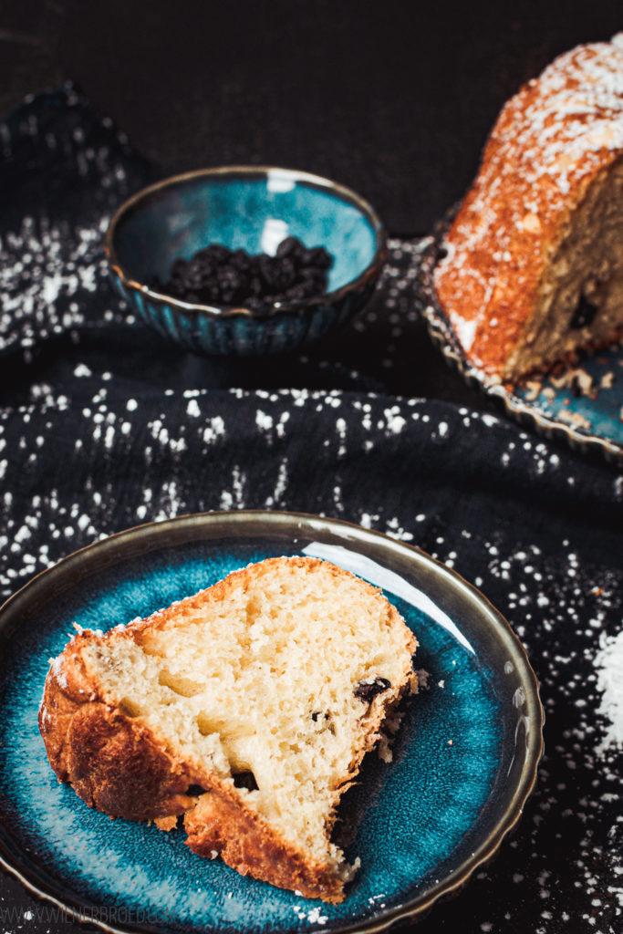 Rezept für Kougelhopf mit Blaubeereen, klassischer elsässer Gugelhupf aus Hefeteig mit Blaubeeren statt Rosinen / Recipe for Kougelhopf, classic Alsatian bundt cake with dried blueberries [wienerbroed.com]
