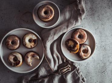 Ihr Lieben, die Weihnachtsbäckerei rückt näher! Bald gibt es allüberall Plätzchen und Co. für euch, und auch ich habe so einiges geplant. Davor ist es aber noch einmal Zeit für einen einfachen Klassiker in neuem Gewand. Ich präsentiere: Marmor-Donuts! Marmorkuchen geht immer Sind wir mal ehrlich: So ein Marmorkuchen geht eh immer. Das ganze Jahr […]