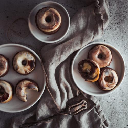 Rezept für Marmor-Donuts, saftige Donuts aus Vanille- und Schokoteig mit einem marmorierten Schokoguss, der Klassiker Marmorkuchen mal anders / Recipe for mamorized donuts [wienerbroed.com]