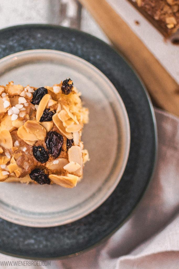 Rezept für den traditionellen norwegischen Weihnachtskuchen aus Biskuit mit Zitrone, Mandeln, Rosinen und Hagelzucker