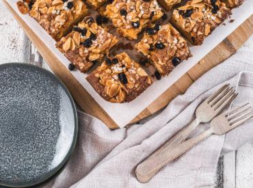"""Vor einiger Zeit habe ich euch ja schon mal den allerliebsten Kuchen der Norweger präsentiert. Heute gibt es deren liebsten Weihnachtskuchen: Mor Monsen! Biskuit ist der Liebling Eigentlich ist der Name nur abgekürzt, korrekterweise müsste es """"Mor Monsen Kake"""", aber wie schon beim Spitznamen des """"Weltbesten Kuchens"""", dem Kvæfjordkake, wird mit Verdens Beste wird das […]"""