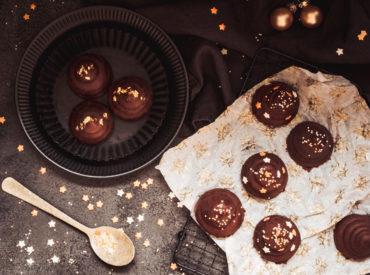 Heute öffnet sich bei mir ein Türchen, ein Adventskalendertürchen. Schon seit ein paar Jahren bin ich immer mal wieder dabei beim Sugarprincess Christmas Cookie Club, so auch dieses Jahr. Es gibt zwar keine Cookies von mir, aber meine Jul-Flødeboller sind eine prima Alternative zu den üblichen Plätzchen! Flö-Was? Es gibt hier heute Flødeboller, dänische Schaumküsse. […]