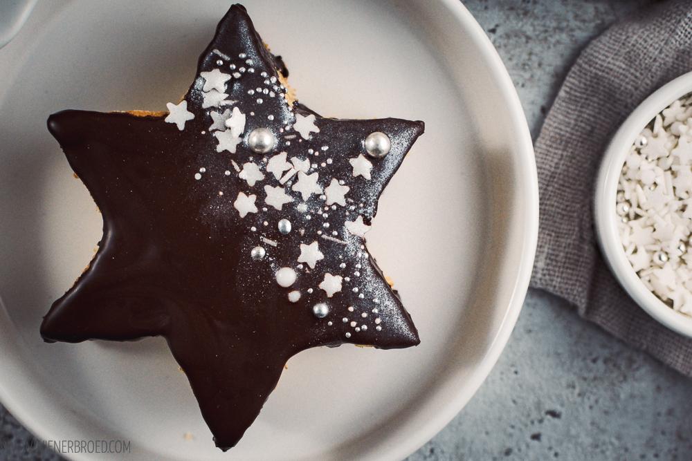 Rezept für Baumkuchen-Sterne, kleine Baumkuchen in Sternform mit Schokoladen-Überzug, Streuseln und Glitzer /Star-shaped little layer cakes with chocolate, sprinkles and edible glitter [wienerbroed.com]