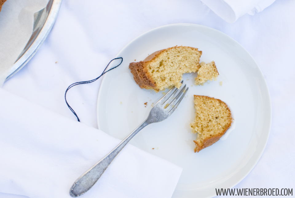 Rezept für Lakritz-Orangen-Gugelhupf, saftiger Orangen-Gugelhupf mit feiner Lakritz-Note und Zuckerguss / Recipe for licquorice orange bundt cake [wienerbroed.com]