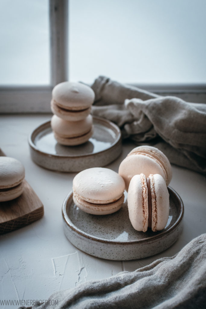 Rezept für  Mandel-Macarons, zartes Baiser gefüllt mit Mandelcreme, und meine besten Tipps zum entspannten Macaron backen / Almond macarons [wienerbroed.com]