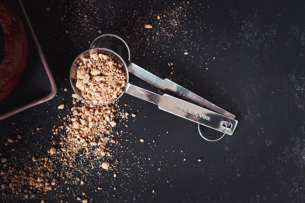 Rezept für Solskinnsboller, typisch norwegischen saftige Zimtschnecken mit einem großen Klecks Vanillecreme in der Mitte und Zuckerguss / Solskinnsboller, Norwegian cinnamon buns with custard [wienerbroed.com]
