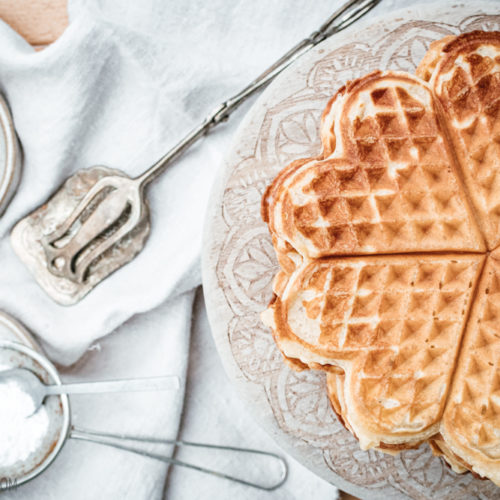 Rezept für norwegische Waffeln, superfluffige Waffeln nach norwegischem Rezept mit Sauermilch und einem Hauch Kardamom / Norwegian heart-shared waffles [wienerbroed.com]