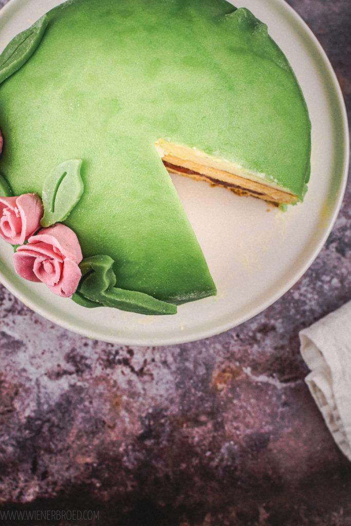Rezept für Princesstårta, Die typisch schwedische Geburtstagstorte mit grünem Marzipan, Vanillecreme und Biskuitboden, wie von Ikea / Swedish Birthday cake Pricesstårta [wienerbroed.com]