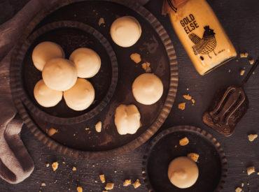 Feines Mandelbaiser trifft auf leckere Eierlikör-Trüffelmasse und wird dann noch in weiße Schokolade getaucht. Herrlich! Und lecker nicht nur zu Ostern.