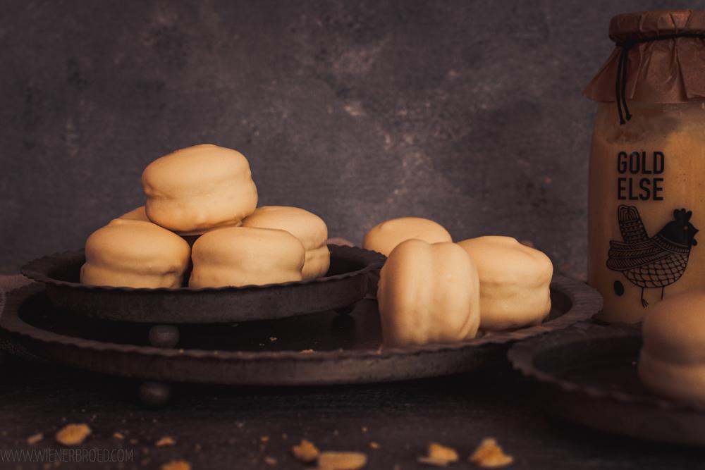Rezept für Eierlikör-Macarons, zartes Mandelbaiser gefüllt mit Eierlikör-Trüffel und umhüllt von weißer Schokolade, mit Goldelse Likör / Advocaat macaron covered in white chocolate [wienerbroed.com]