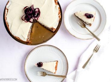 Auch die Schweden können Karottenkuchen! Der Morotskaka ist ein saftiger Kuchen mit leckerem Frischkäse-Frostig, von mir mit lila Urkarotten verfeinert