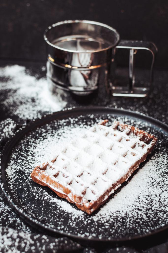 Rezept für Kladdkaka-Waffeln, knusprige, saftige Schokowaffeln wie der schwedische Schokoladenkuchen, Rezept für belgisches Waffeleisen, Brownie-Waffeln / Kladdkaka waffles, like the Swedish Brownie [wienerbrod.com]